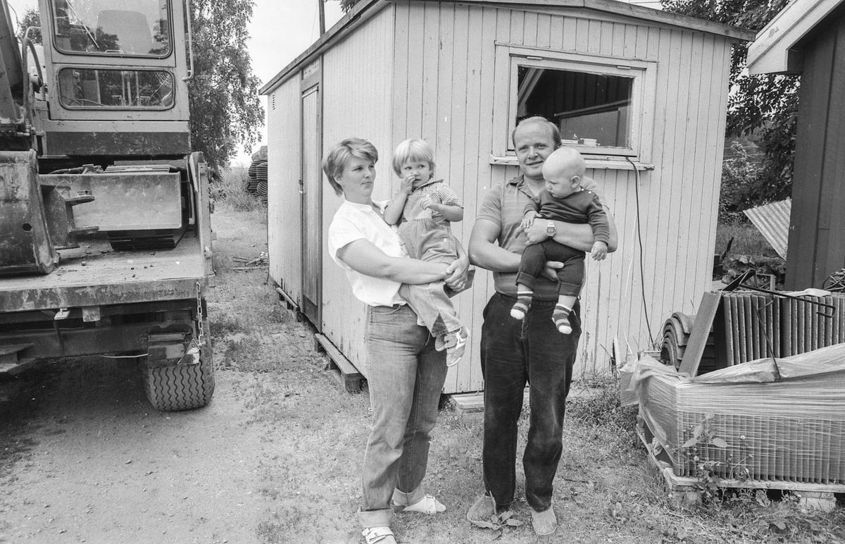Bransjepris for rehabilitering av tømmerbygning fra 1750. Haldis og Helge Thirud med barna på armen på Haugerud gård, Holstad i Ås, med hjelp av byggmester Thorvald Johansen og arkitekt Erik Aas.