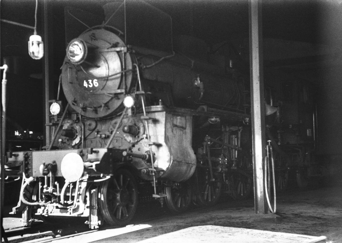 Damplokomotiv type 26c nr. 436 i lokomotivstallen på Dombås stasjon.