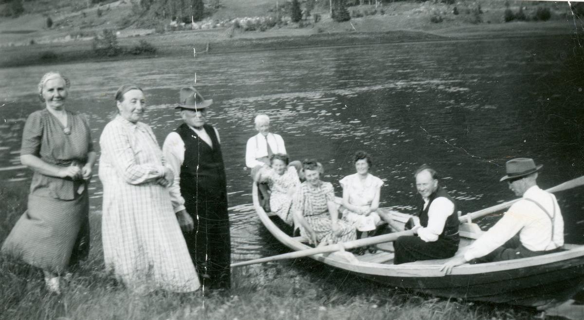 Gruppe frå v. Guri Flage Frøysok,Gunhild Frøysok Engene og Ola Frøysok. Den som sit ved årene er Guttorm Frøysok.