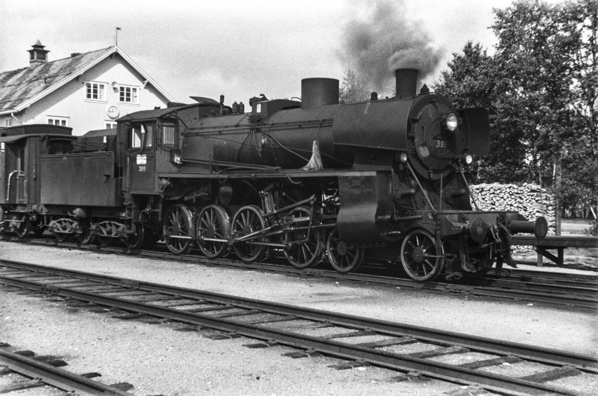Damplokomotiv type 26c nr. 413 med dagtoget fra Trondheim til Oslo Ø over Røros, tog 302, på Røros stasjon.