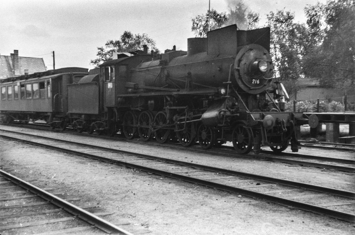 Damplokomotiv type 26a nr. 216 med dagtoget fra Trondheim til Oslo Ø over Røros, tog 302, på Tynset stasjon.