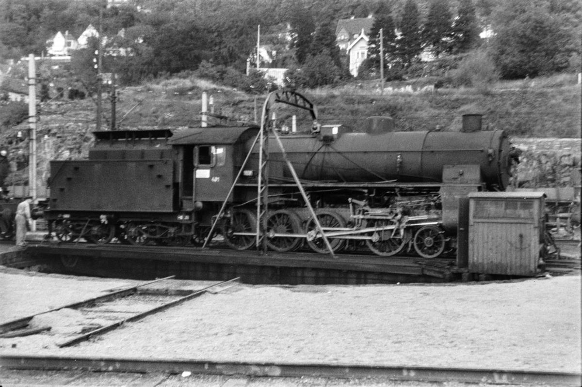 Damplokomotiv type 31b nr. 401 på svingskiven på Bergen stasjon.