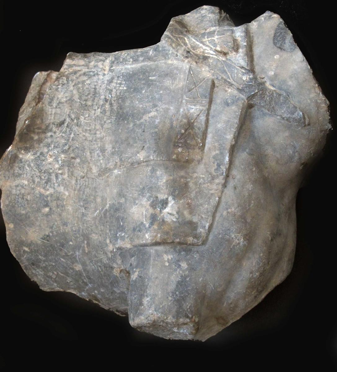 Fragmentet er av hestens fordel, avkuttet midt mellom forbena og bakbena. Hodet og bena mangler. Sal og bissel i relieff, med ornamenter. Skulpturen er kun beregnet å sees en face,  baksiden er ikke utarbeidet. Heller ikke utarbeidet der rytteren opprinnelig var tenkt å sitte. Antagelig  nisje eller relieff figur.