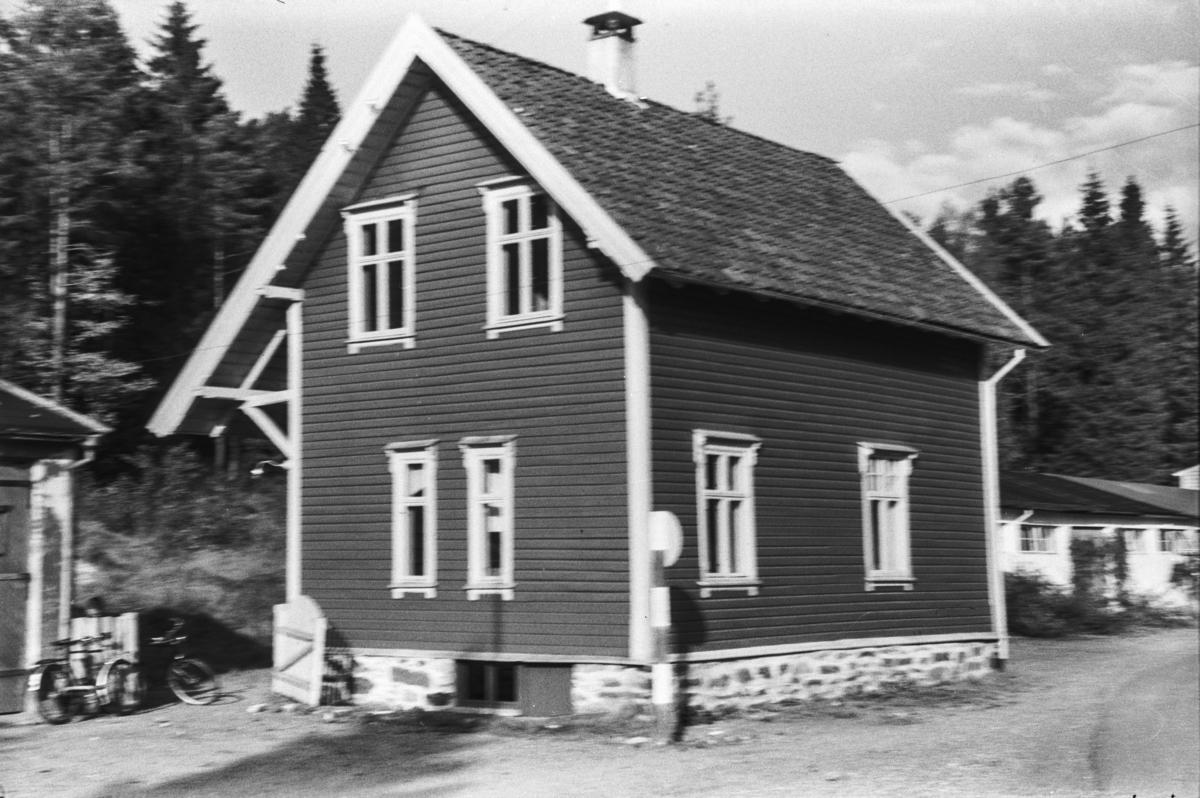 Langs nedlagde Nesttun-Osbanen. Stend stasjon.