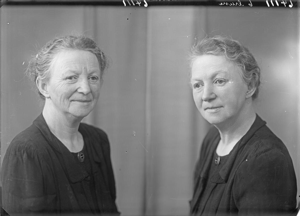 Portrett. Eldre kvinne i mørk drakt med medaljong i halsenlinningen. Bestilt av Marie Kallevik. Haraldsgt. 212