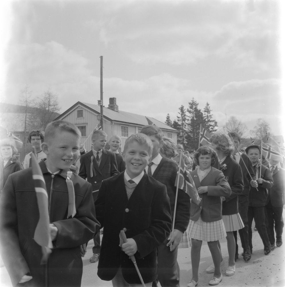 17.mai toget i Elvegata i  Mosjøen
