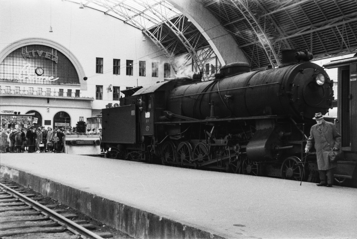 Damplokomotiv type 31a nr. 319 med lokaltog fra Nesttun i hallen på Bergen stasjon.