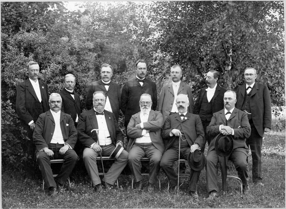 Gruppfoto över personal som är statligt anställda vid järnvägen.
