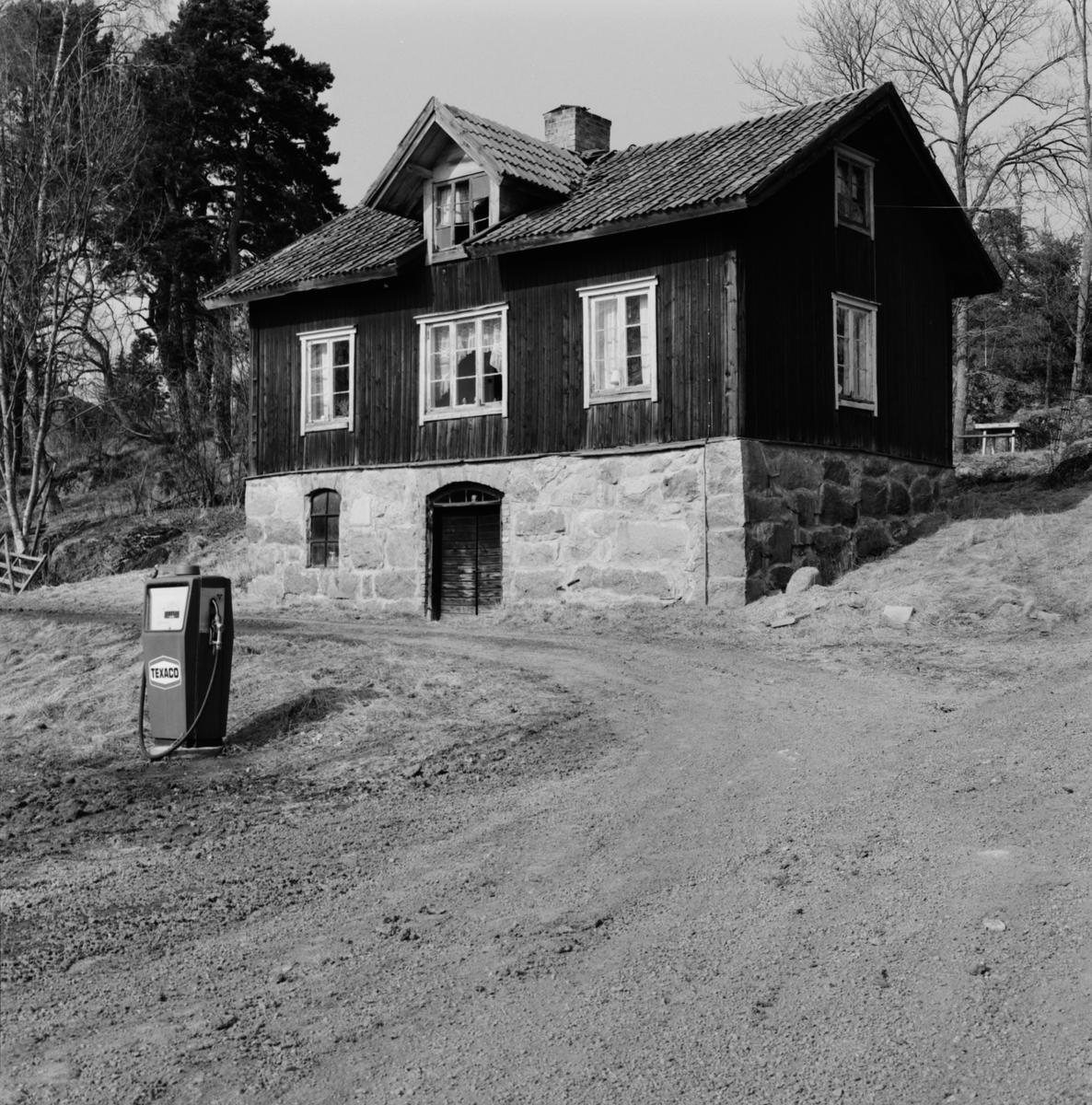 Äldre bostadshus, Stora Bärsta, Uppsala-Näs socken, Uppland april 1981