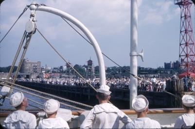 Kadetter på skoleskipet STATSRAAD LEHMKUHL. På land står en stor folkemengde.