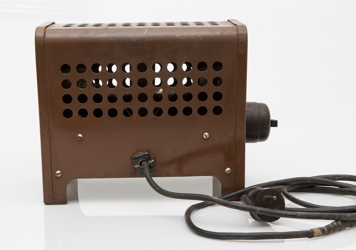 Liten kasseformet ovn på 4 ben Bryter på ene side. Perforert med hullrader på to langsider og toppen. Lakkert jern. Fast kabel.