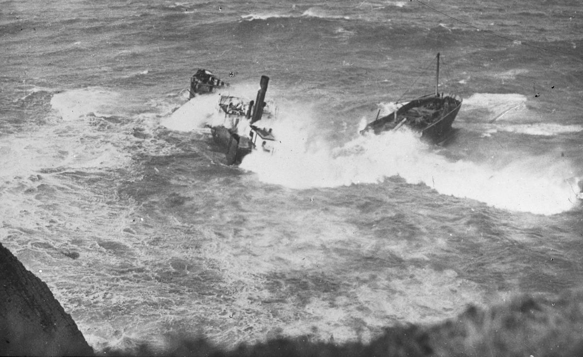 Ukjent havarert fartøy, bråttsjøer slår over skipet, midtskipet er under vann. Foto tatt ovenfra, fra land.