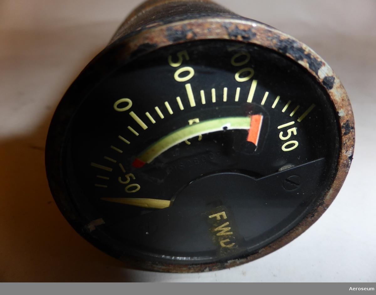 """En oljetemperaturindikator. På instrumentet står det """"FWD"""" längst fram där temperaturen visas. På sidan står det i gult: """"I A 5"""" """"JAN 1 1 1963 [svårt att tyda, men 3:an kan också vara en 2:a]""""  På botten av föremålet står det: """"INDICATOR, TEMPERATURE, ELEC., RES., MULTIFUNCTION"""", """"MS28009-1"""", """"STOCK NO. [tom yta]"""", """"MFR'S SER. NO 4935"""", """"THE LEWIS ENG. CO."""", """"MFR'S PART NO. 147B31A"""", och """"U.S."""".  Avsedd för Hkp 4 främre rotorväxel. 90,38 ohm vid 0 grader celsius."""