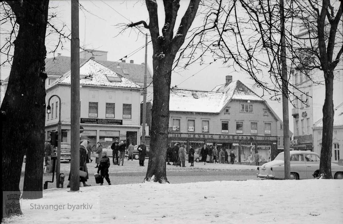 Laugmannsgården til høyre. Laugmannsgata2 i midten (Henrik Øvregaards butikk). Kirkegata 1 til venstre. Bildet er tatt etter august 1957 da brannstasjonen ble revet.