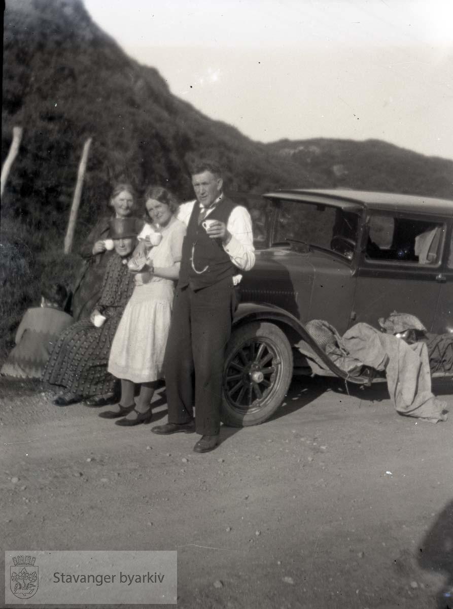Biltur, tre personer poserer foran bil