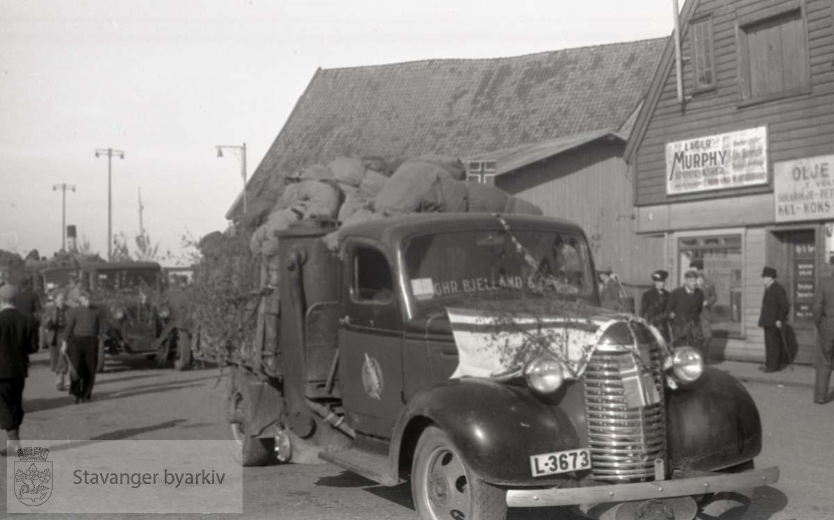 Tatt kort tid etter frigjøringen fra okkupasjonen , .2. verdenskrig. Fredsdagene 1945..Kullbil fra Chr. Bjelland utenfor Kull, koks og ved i Skansegt...