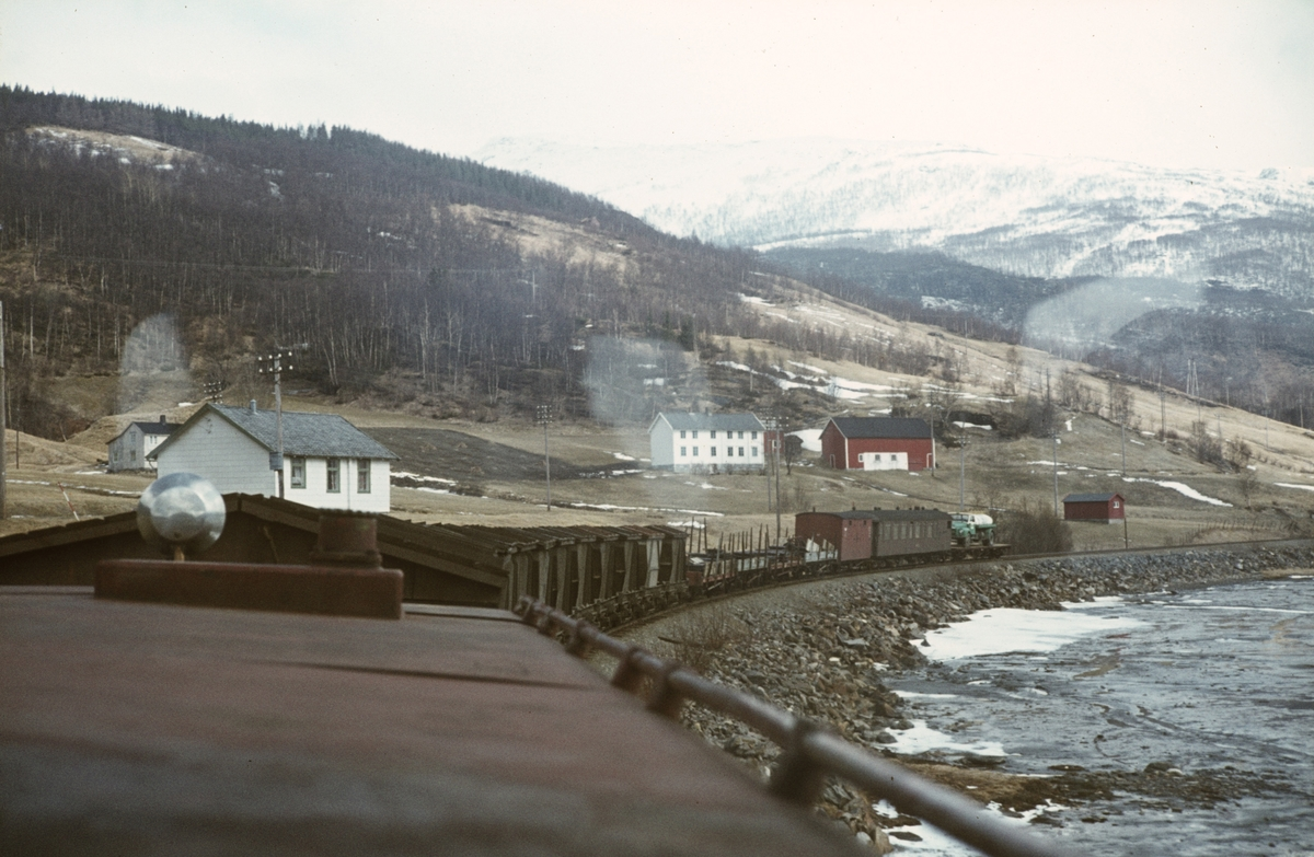 Utsikt fra lokomotivet på Sulitjelmabanen i nærheten av  Finneid stasjon.