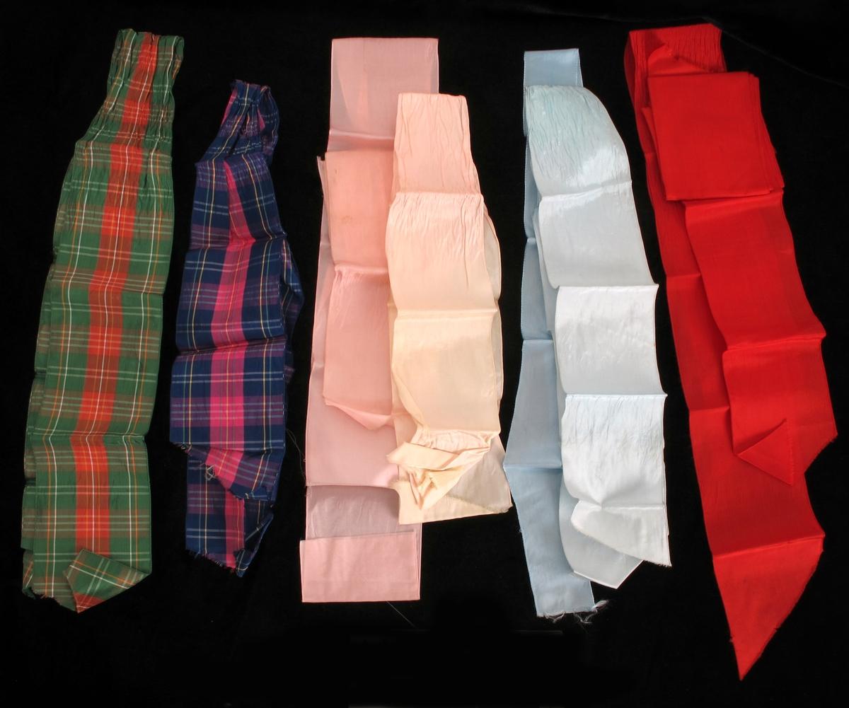 Bånd av tøy, revet kant. Ulike farger, rødt, grønrutet, lys blå, rosa.