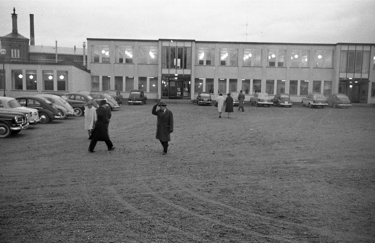 Stureskolan invigs. Exteriör. Bilar och människor på parkeringen. Byggnaden i bakgrunden är Arboga Bryggeri.