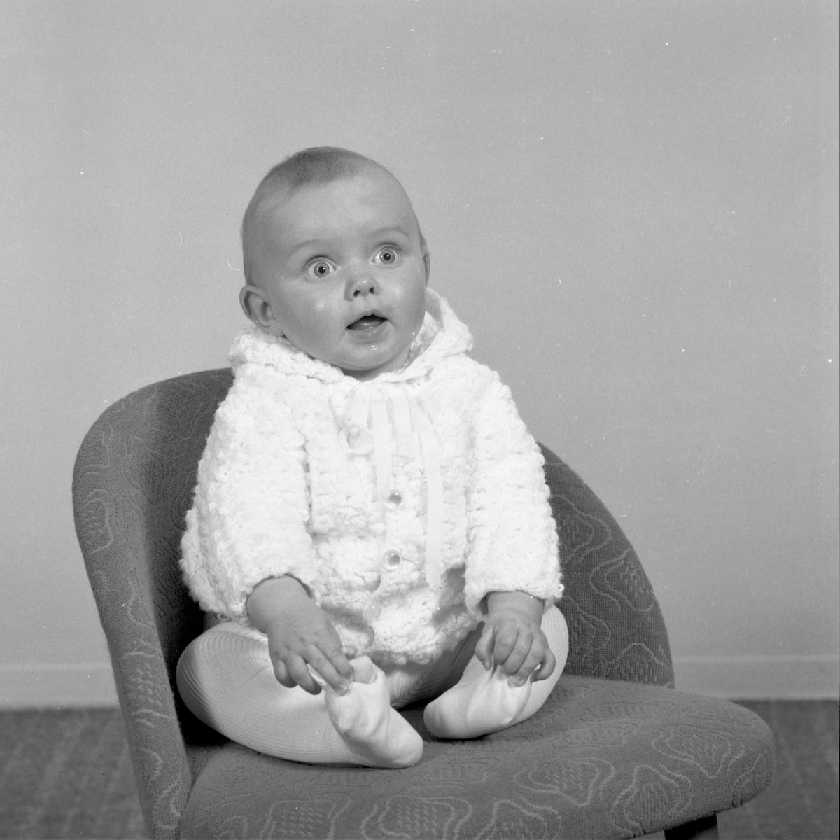 Portrett. Liten mørkhåret gutt fotografert over flere år. 1 år + 2år + ? Yngst i lys strikket drakt med hette og lys strømpebukse. Deretter i lys skjorte og mørk snekkerbukse. Et foto tatt sammen med to søsken, en gutt og en pike, begge i strikkede gensere. Tilslutt et foto i lys farget genser med rund hals og lyse og mørke partier i halspartiet og nederst på ermet. Bestilt av Gunnar Utvik. Røksund.