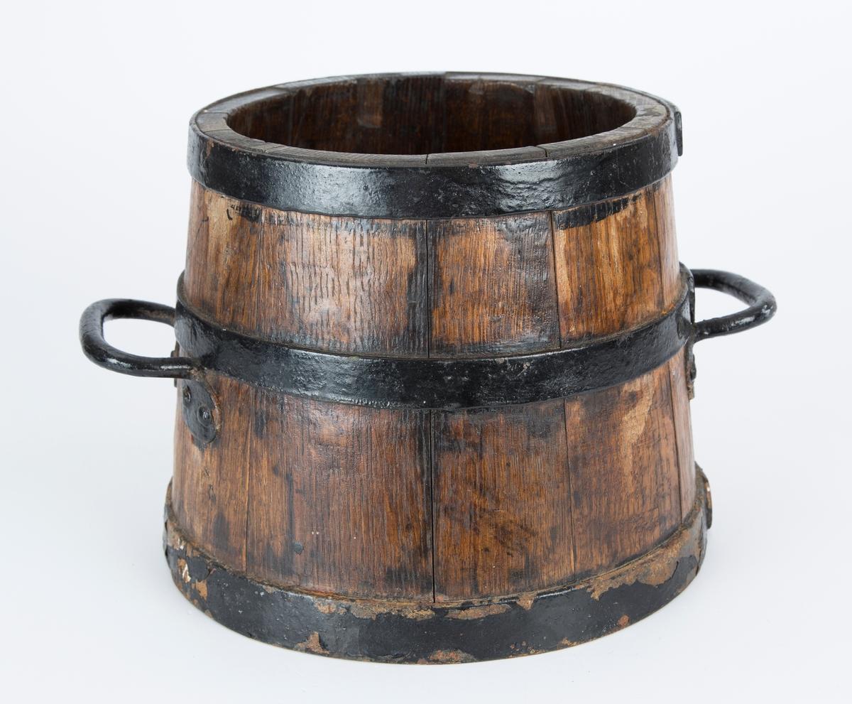 Potetmål, 5 liter. To håndtak og tre jernbånd. Lett konisk form. Riksløve stemplet i bunnen.