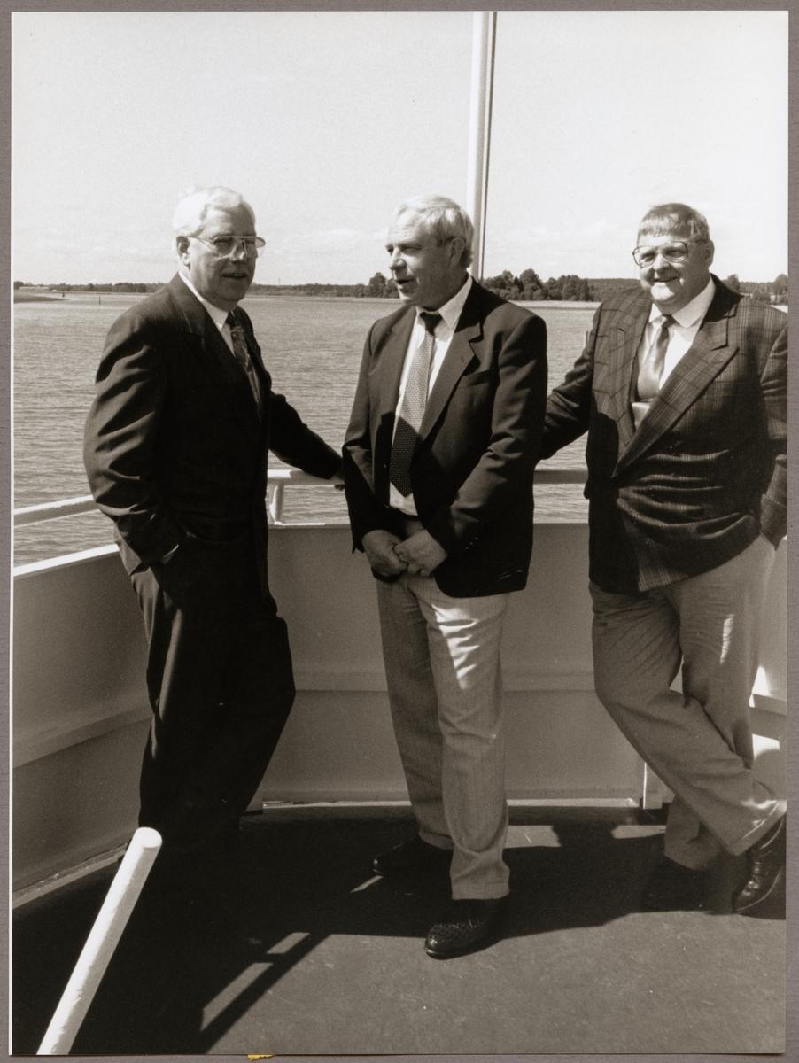 """I aktern på fartyget """"Svea Lejon"""" ses från vänster i bild: Henry Dyrén, Stig Eriksson och Bo Elfkvist på Trafikaktiebolaget Grängesberg - Oxelösunds Järnvägar, TGOJ-dagen den 31 maj 1991."""