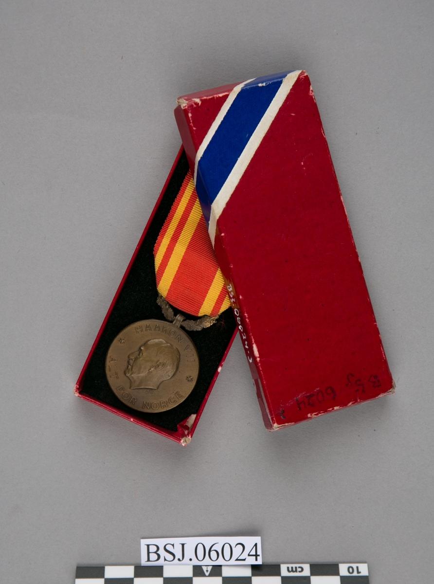 Medalje med relieff av Kong Haakon VII i profil (forside).