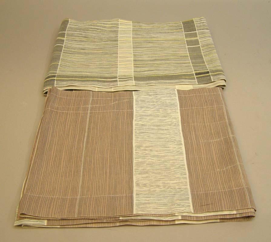 Två gardinkappor: Den ena i grått, gult och vitrandigt, med bredare grå ränder och vita och grå ränder på höjden. Den andra kappan är brun och grå, det bruna fältet har smala ränder på höjden och det gråa fältet har ränder på längden.