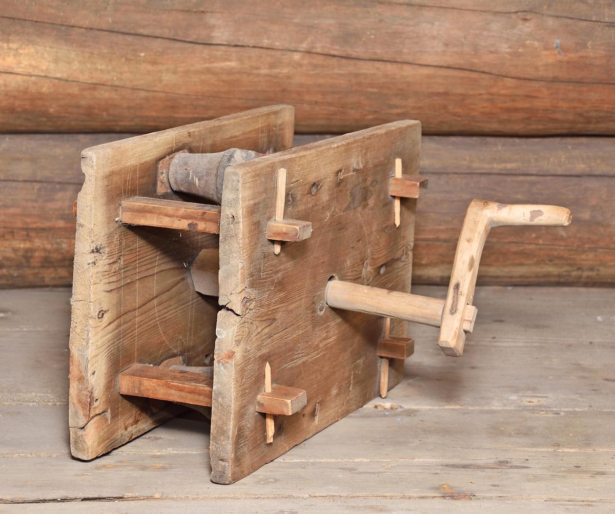 Repslagarverk av trä med krokar och beslag av järn (A) samt tvinnsticka (B) av trä. A) 2 mot varandra ställda rektangulära plana träskivor, sammanfogade av 4 slåar. Ett stort kugghjul av trä, 3 mindre flaskformade som vrider 3 järnkrokar. L-formad vev på ena sidan drar det större kugghjulet. B) Tvinnsticka; platt, bredare på mitten, 3 skåror - 2 på ovandelen, 1 på underdelen.