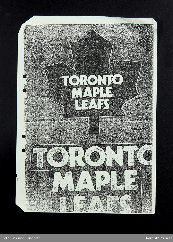 """Gul pärm för samlande av lösblad. De 6 bladen i pärmen är olika varianter på snitslade banor för träning som använts för träning i att sy på maskin. Även ett ark med logotypen för Toronto Maple Leafs och ett ark med """"lathund för symaskin"""".  /Fiffi Myrström, 2014-01-17."""