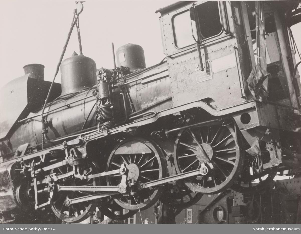Damplokomotiv 21e nr. 207 under berging etter å ha sporet av ved Lia i Bevergrenda mellom Spiten og Pikerfoss på Numedalsbanen.