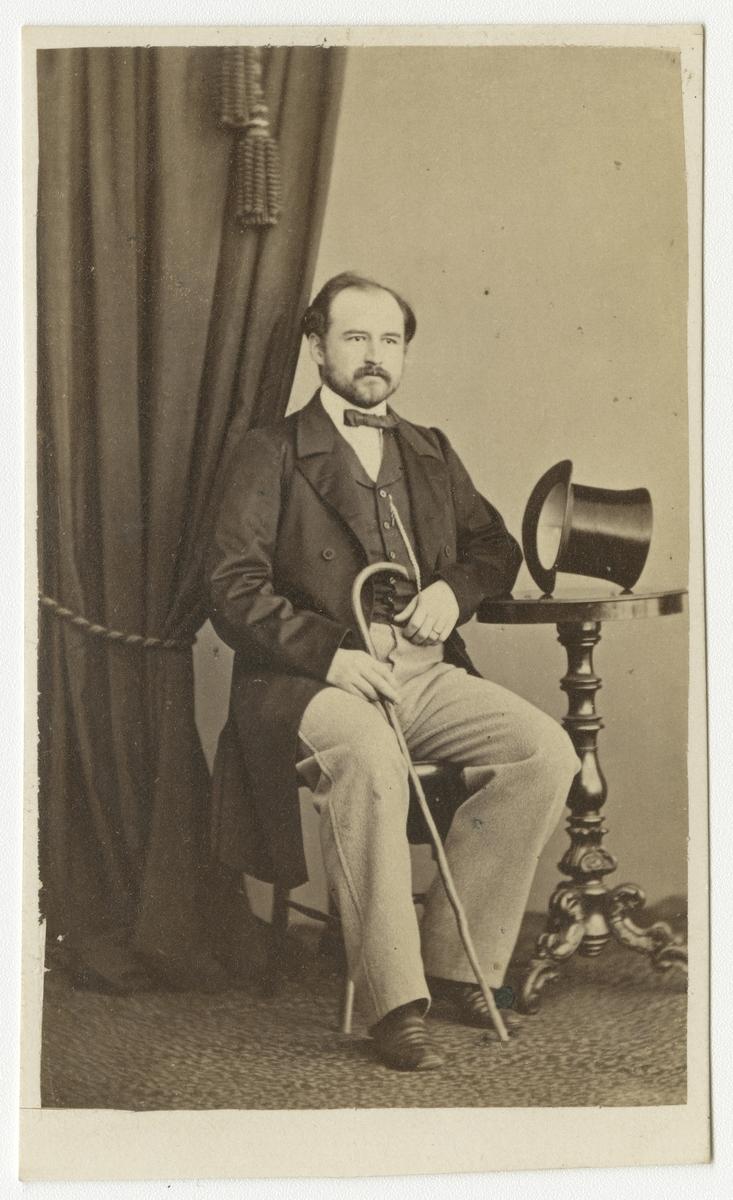 Porträtt av Otto Fredrik Taube, löjtnant vid Andra livgrenadjärregementet I 5.  Se även bild AMA.0001870 och AMA.0001962.