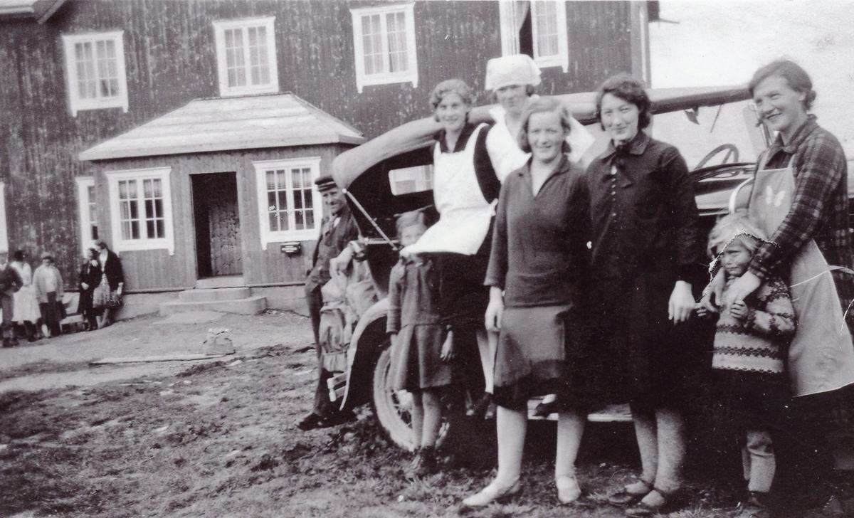 Glomsrud Høyfjellsæter ca.1930. frå h. ved bilen Rangdi Grøndalen Glomsrud. til v. ved bilen Kari Glomsrud. Dei andre er gjester.