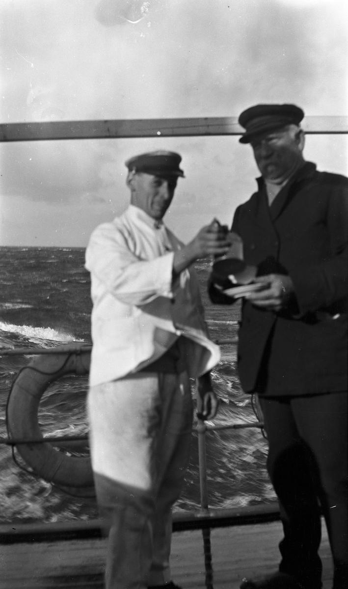 Stuert Lars Johansen serverer Kaptein Waage kaffe på dekk.