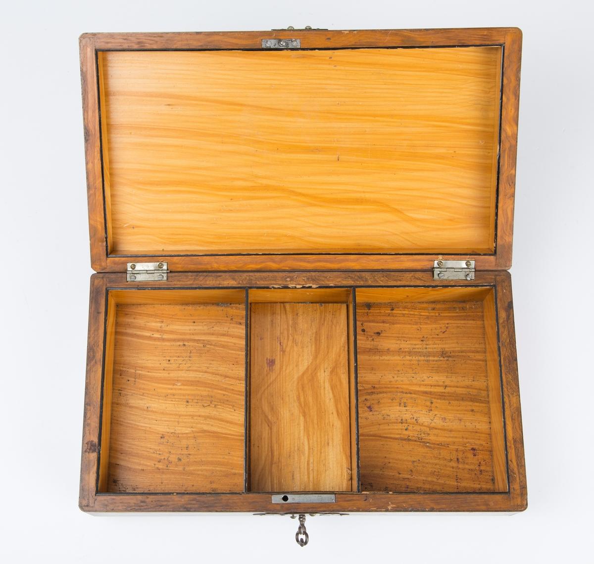 Dekorativ trekasse med nøkkel og 4 mindre esker inni (en lokk mangler). Hver boks full av plastflis.
