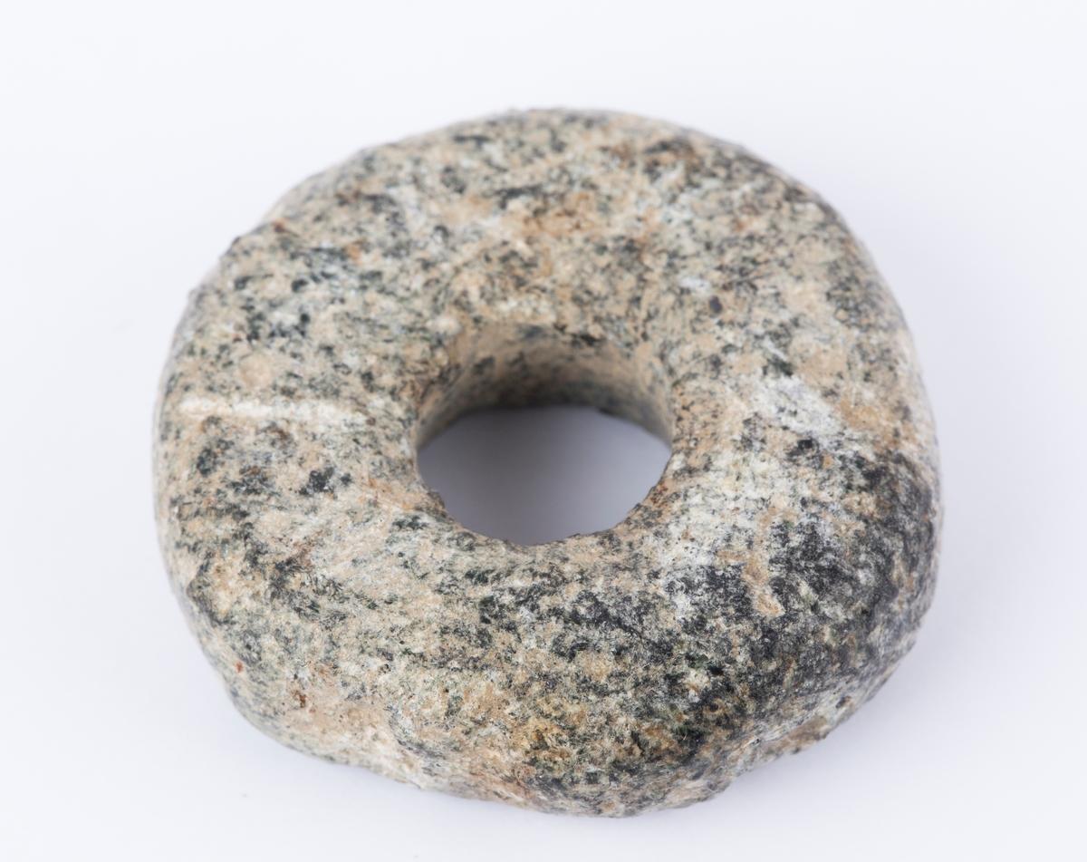Snellehjul til håndtein med ukjent funnsted. Kan stamme frea middelalderen. Har runelignende tegn.
