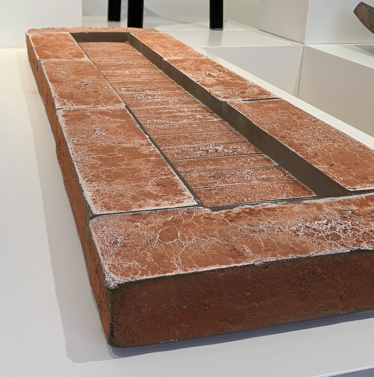 """""""Pool"""". Rektangulär brun större skulptur i form av en pool. Delarna har gjutits och sedan fusats ihop, och vid någon tidpunkt i processen har delarna pulverfärgats."""