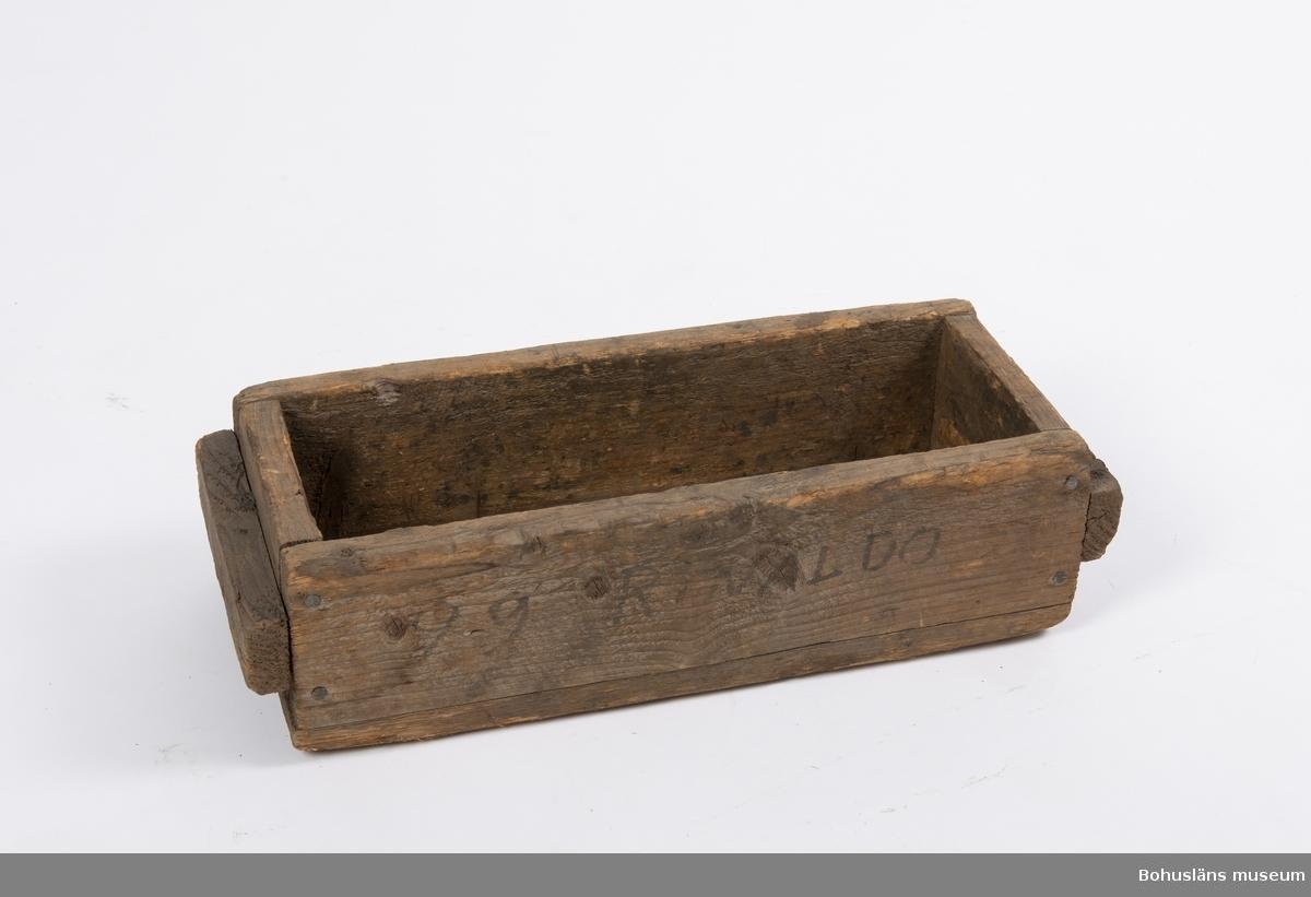 """Verktygslåda märkt """"Rinaldo"""" av trä (omålad) fastsatt med järnspik. Lådan har förmodligen tillhört en av företagets portugisiska stenarbetare."""