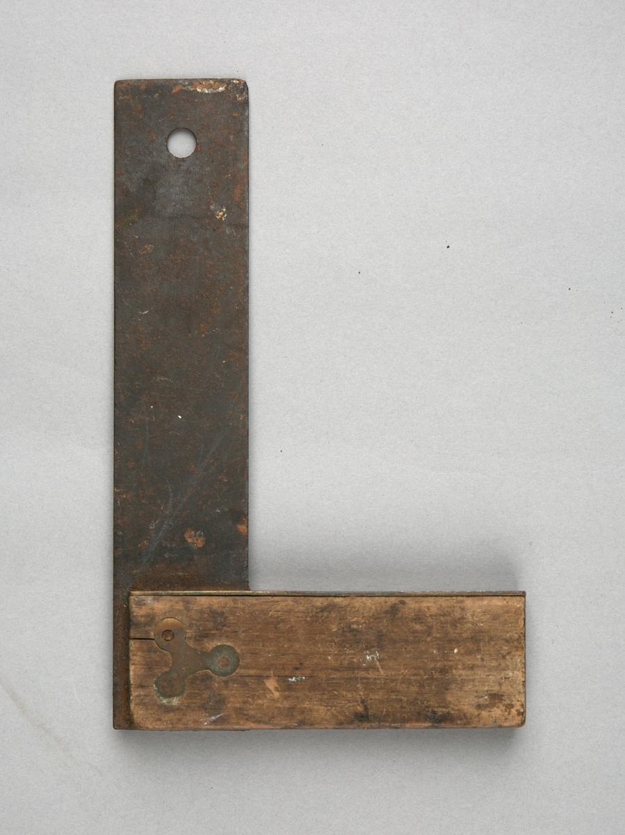 Vinkelhake. Rettvinklet hake 90 grader i jern med treskaft. Hull i ene enden av måleblad som ikke er målsatt.