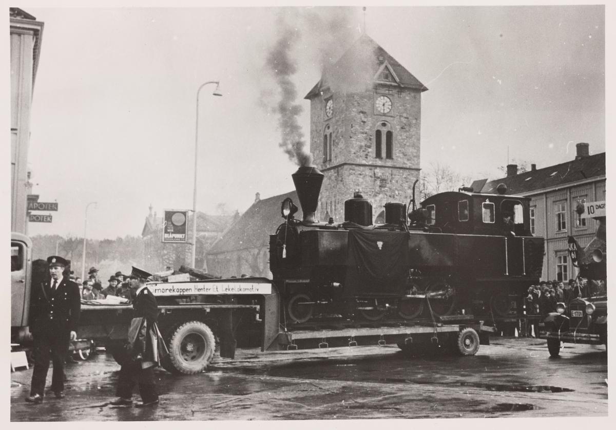 Urskog-Hølandsbanens damplokomotiv nr. 5 BJØRKELANGEN i Trondheim, etter at det var overtatt av studentforeningen Smørekoppen. Vår frues kirke i bakgrunnen