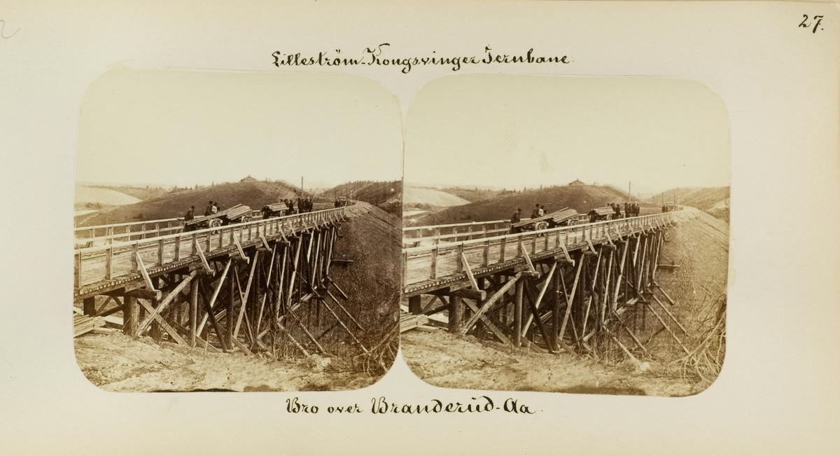 Bro over Branderudåa mellom Årnes og Seterstøa stasjoner. Anleggsarbeidere med arbeidstraller med materialer