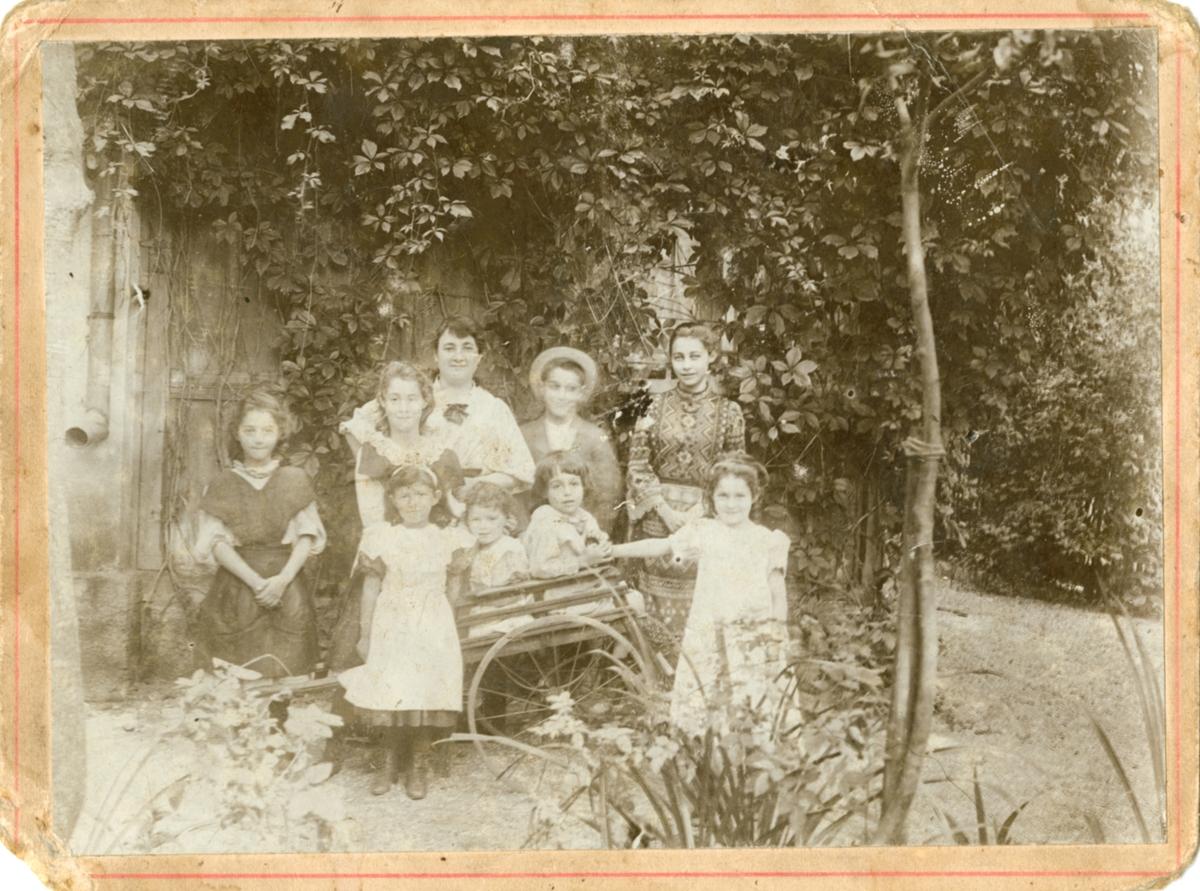 Gruppebilde av familien Rostin. Fra venstre bak: Elisabeth, Valentine, ukjent dame (kanskje en tante?), Theodor og Florentine. Sistnevnte i russisk folkedrakt. Foran fra venstre: Ukjent barn, Victoria, Ignazy og Julia.