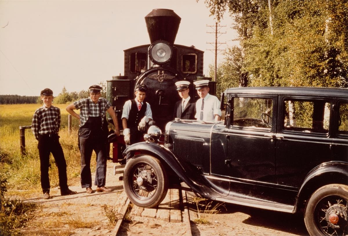 Togpersonalet foran damplokomotiv type XXVIII nr. 4 SETSKOGEN ved planovergangen Fossum på museumsbanen Urskog-Hølandsbanen