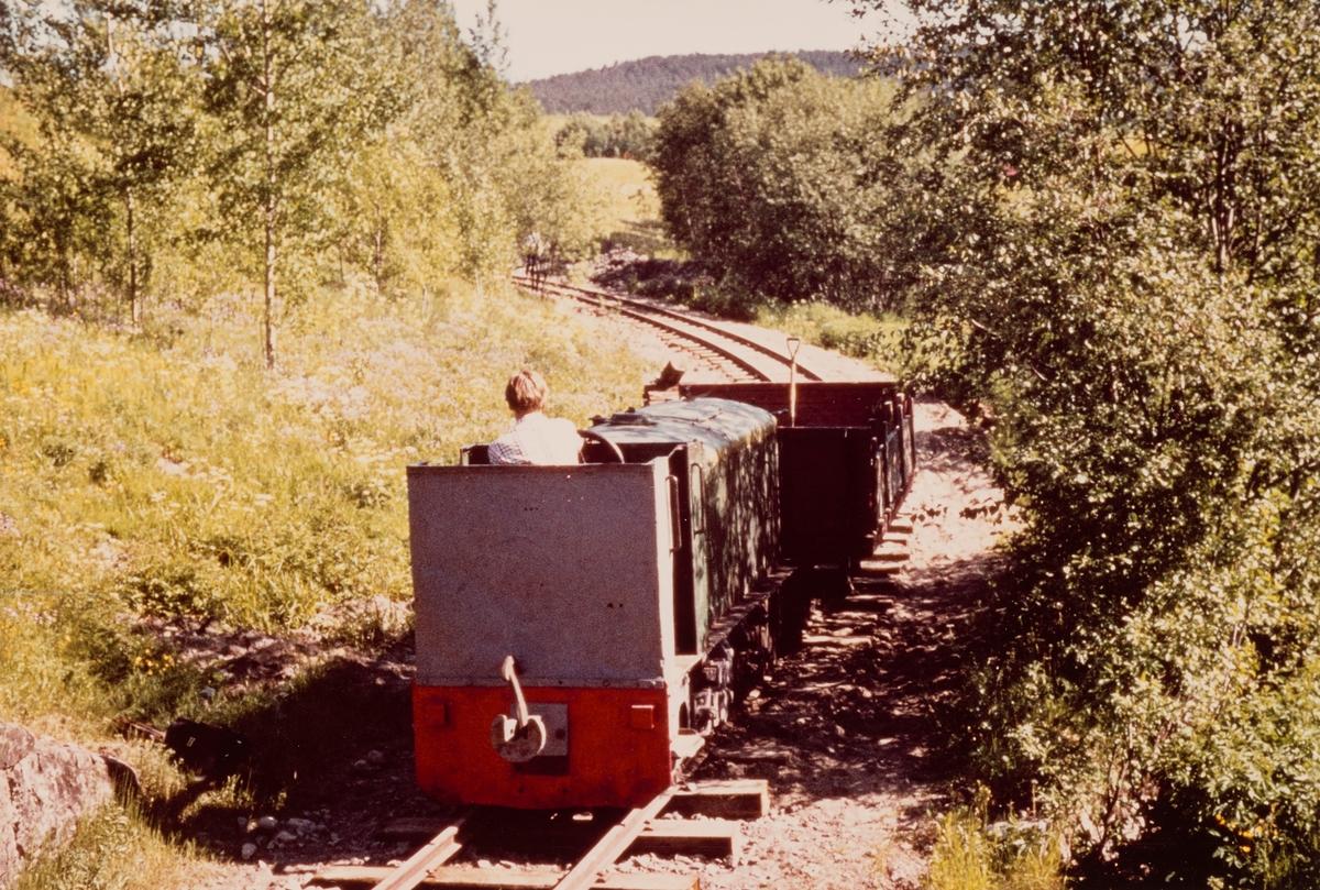 Arbeidstog med diesellokomotiv på museumsbanen Urskog-Hølandsbanen på gjenoppbygget spor mellom Fyen og Sørumsand