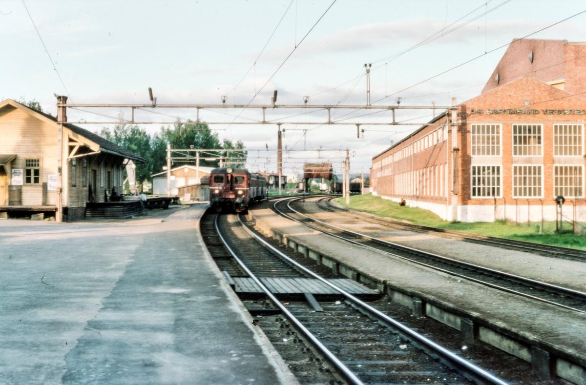 Lokaltog til Oslo S på Sørumsand stasjon. Til venstre godshuset, i bakgrunnen portalkranen, til høyre Sørumsand Verksted