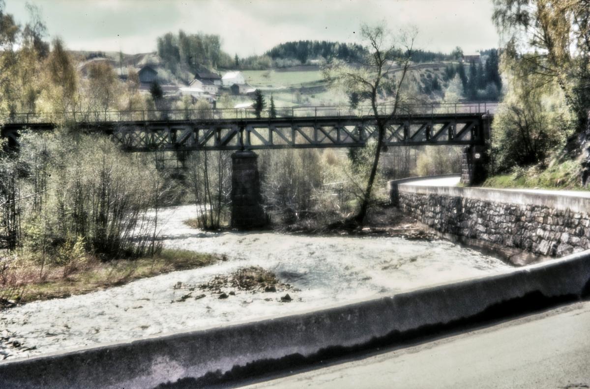 Bru over Augedalselva ved Thomt mellom Jaren og Røykenvik stasjoner på nedlagte Røykenvikbanen