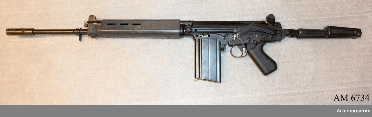 Pipans längd med flamdämpare 570 mm. Vapnets längd med med kolven infälld 840 mm. Märkt F.A.L. cal. 7.62 - 1961 - 501 - FL. Tillverkningsnr 501. Fällbar kolv. Handskydd och pistolgrepp av konstmassa. Kolv av järn och konstmassa. Mekanisk eldhastighet ca 700 skott i minuten. Avfyring: patronvis eld och automateld. Vapnet har sikte för granatskjutning.