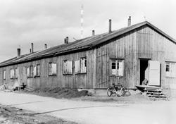 Bildet viser en boligbrakke i Vadsø fotografert en gang ette