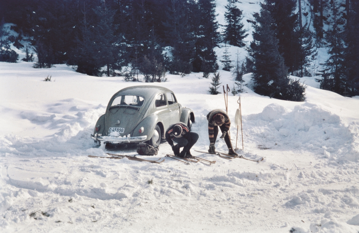 På skitur ved Kvisla, Nordre Mangen. Volkswagen personbil med kjennemerke C-45990