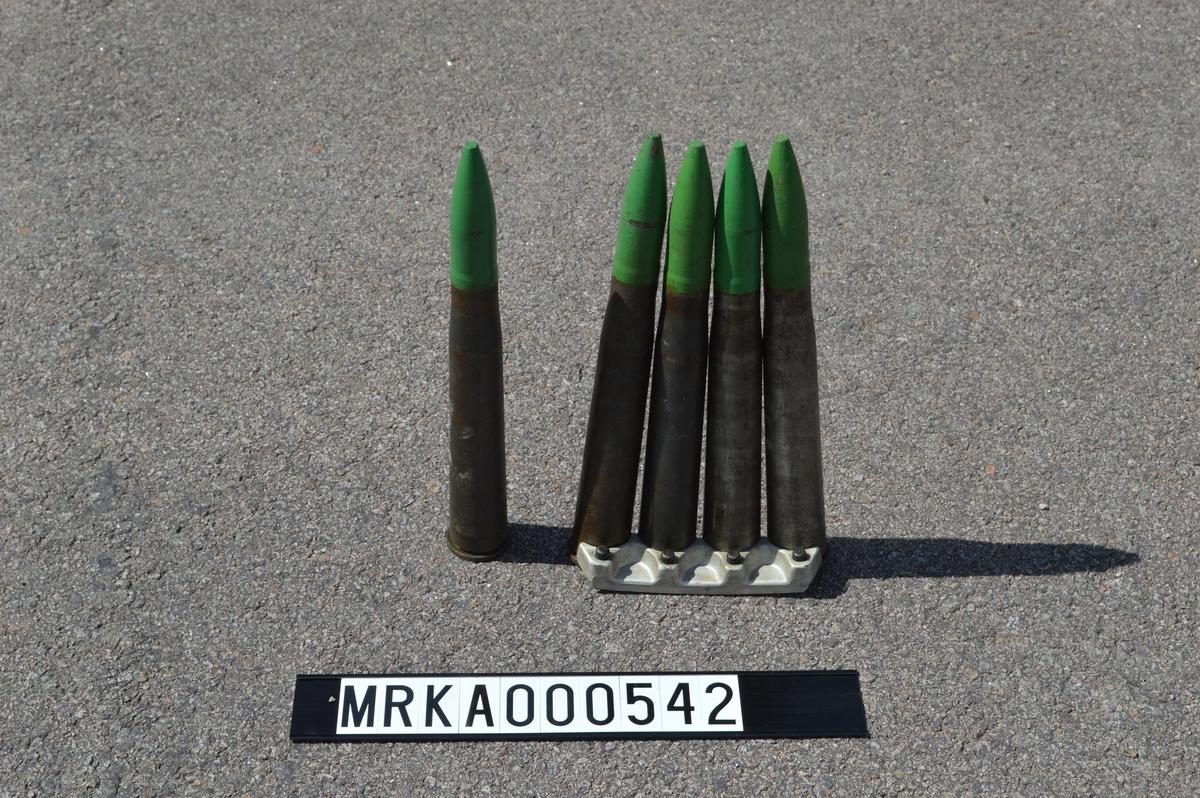 Laddblind ammunition: Enhetspatron med projektilen av stål (grön) och hylsa av mässing. Laddram: Av lättmetall. Patronerna monterades 4 och 4 i laddramar. Ammunitionslådor finns av plåt eller trä: Lådorna rymmer 16 eller 24 ramade patroner.